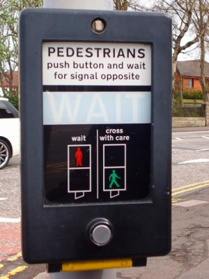 歩行者用の信号です。横断したい時は、下の丸いボタンを押して待ちます。