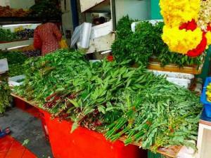 ヒンズー教の花輪が野菜と一緒にどのお店にも並んでいます