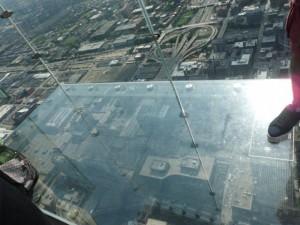 ガラス?で床も壁も透けている場所でみんな記念撮影