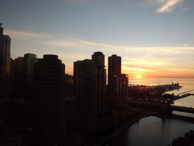 ミシガン湖から太陽が昇ってきました