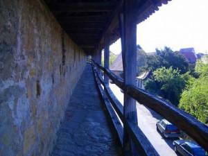 城壁に上って町を見下ろす