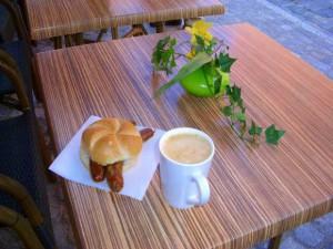 パンにソーセージをはさんだだけのシンプルなサンドイッチ