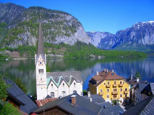 町と湖と空と山のコントラスト