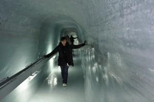 氷の宮殿を通り抜けて進んでいきます