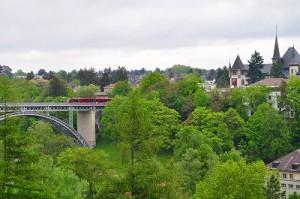 来る時に通って来た橋を列車が行きます。 (なんか、おもちゃみたい・・・)